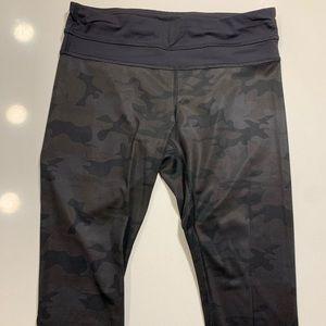 Lululemon Cropped leggings size 4 Black Camo